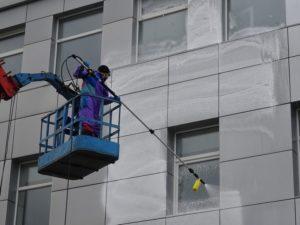 Мойка фасада здания в Екатеринбурге.jpg